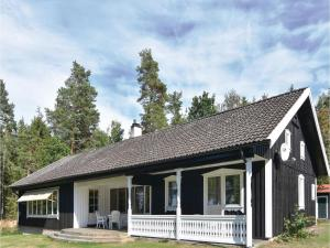 Four Bedroom Holiday Home in Sjotorp