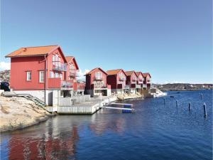 Three Bedroom Holiday Home in Hallevikstrand