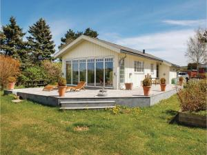 Three Bedroom Holiday Home in Knebel