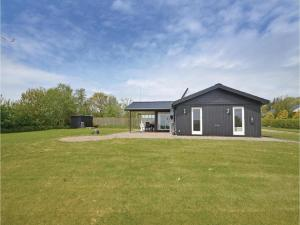 Two Bedroom Holiday home with a Fireplace in Struer
