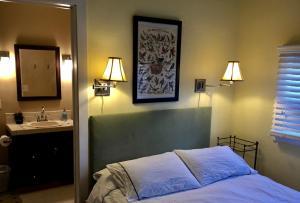 Aberdeen Stone Cottage B&B, Отели типа «постель и завтрак»  Traverse City - big - 19