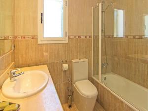 Four-Bedroom Holiday Home in St. Cebria de Vallalta, Ferienhäuser  San Cipriano de Vallalta - big - 11