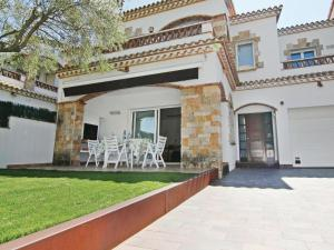 Three-Bedroom Holiday Home in Platja d'Aro, Плайа Д'Аро