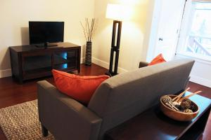 5br, Clean & Cozy Haven in the Heart of West Town!