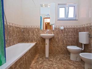One-Bedroom Apartment in Valbandon, Apartmány  Fažana - big - 7