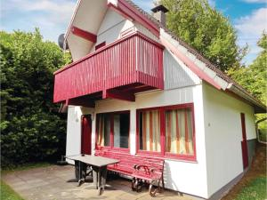 Three-Bedroom Holiday home with Lake View in Kirchheim