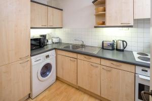 Brownhill Property, Apartmanok  London - big - 63