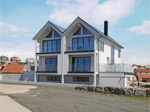 Four Bedroom Holiday Home in Borhaug