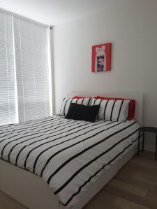 Fully Equipped Two Bedroom Condo in N3, Apartmanok  Calgary - big - 2
