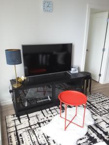 Fully Equipped Two Bedroom Condo in N3, Apartmanok  Calgary - big - 5