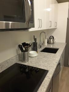 Fully Equipped Two Bedroom Condo in N3, Apartmanok  Calgary - big - 16