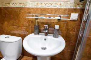 Kon-Tiki Boutique Hotel, Bed & Breakfasts  Sankt Petersburg - big - 47