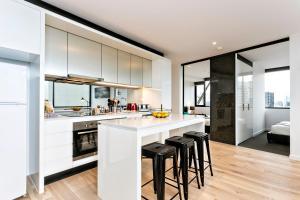 COMPLETE HOST Rose Lane CBD, Апартаменты  Мельбурн - big - 30