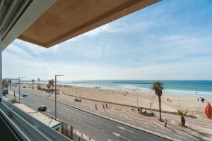 Beautiful Beachfront Apt w/ Sea Views & Parking by Sea N' Rent