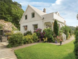 Five Bedroom Holiday Home in Farsund