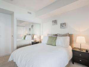 Noel Suites - York and Bremner, Apartmány  Toronto - big - 7