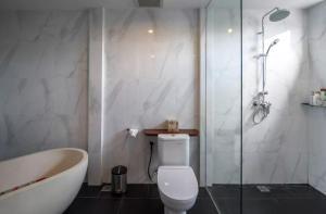 Grand Suite in Villa Khaleesi, Bed and Breakfasts  Seminyak - big - 42