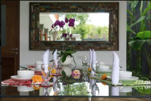 Grand Suite in Villa Khaleesi, Bed and Breakfasts  Seminyak - big - 35