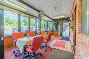 Colonial Inn and Suites - Hotel - Meriden