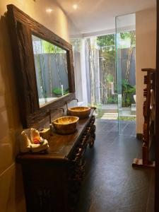 Grand Suite in Villa Khaleesi, Bed and Breakfasts  Seminyak - big - 8