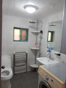 Feel Home Apt 3min walk from subway, Apartments  Seoul - big - 19