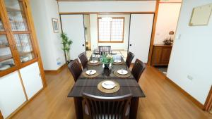 Beautiful 2 Story 5 Bedroom House Center of Naha, Ferienwohnungen  Kume - big - 2