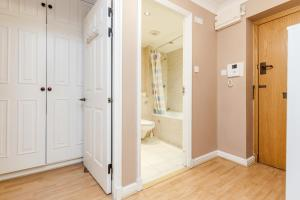Brownhill Property, Apartmanok  London - big - 128