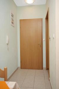 Apartment Slatine 5999a, Apartmanok  Slatine - big - 7