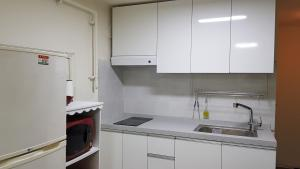 Feel Home Apt 3min walk from subway, Apartments  Seoul - big - 27
