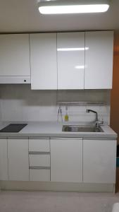 Feel Home Apt 3min walk from subway, Apartments  Seoul - big - 26
