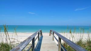 724F, Condo at Sarasota, with Pool View, Holiday homes  Siesta Key - big - 4