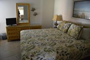 724F, Condo at Sarasota, with Pool View, Holiday homes  Siesta Key - big - 10