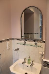 West End Townhouse nr Train Station, Apartmanok  Edinburgh - big - 39