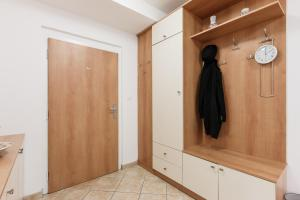 Cozy Apartments with Private Garage, Apartmány  Praha - big - 32