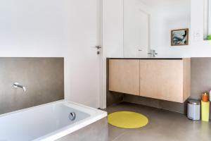 Magnificent contemporary villa Esterel Massif, Villen  Fréjus - big - 65