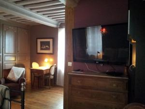 La Maison de Honfleur, Bed and breakfasts  Honfleur - big - 45