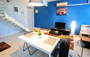 Dee Apartment @ Domain