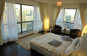Three Bedroom Apartment with Sea View - Dubai