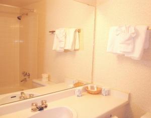 Howard Johnson Hotel - Victoria, Отели  Виктория - big - 3
