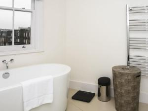 Stunning 3-bed 3-bath in Kensington, Apartmanok  London - big - 2
