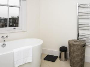 Stunning 3-bed 3-bath in Kensington, Apartments  London - big - 2