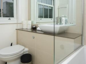Stunning 3-bed 3-bath in Kensington, Apartmanok  London - big - 6