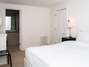 Stunning 3-bed 3-bath in Kensington, Apartmanok  London - big - 7
