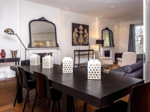 Stunning 3-bed 3-bath in Kensington, Apartmanok  London - big - 8