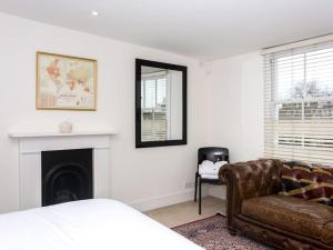 Stunning 3-bed 3-bath in Kensington, Apartmanok  London - big - 9
