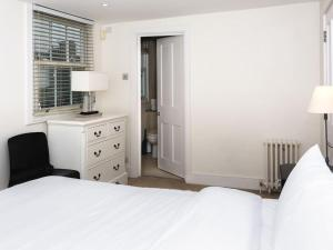 Stunning 3-bed 3-bath in Kensington, Apartmanok  London - big - 10