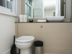 Stunning 3-bed 3-bath in Kensington, Апартаменты  Лондон - big - 15