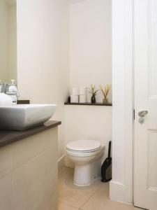 Stunning 3-bed 3-bath in Kensington, Apartments  London - big - 16