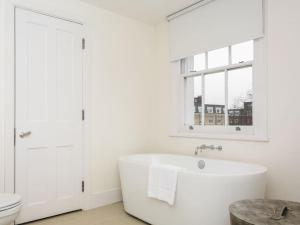 Stunning 3-bed 3-bath in Kensington, Apartmanok  London - big - 17