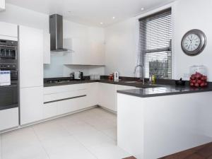 Stunning 3-bed 3-bath in Kensington, Apartmanok  London - big - 19
